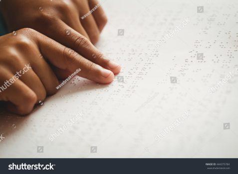 jemari sedang meraba huruf Braille