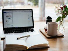 Laptop di atas meja