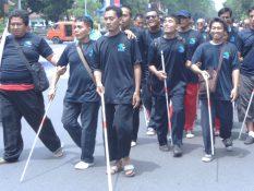 tunanetra sedang melakukan parade tongkat putih