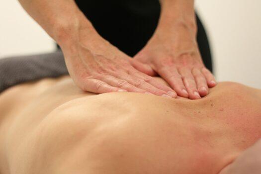 seorang terapis sedang memijat pasien